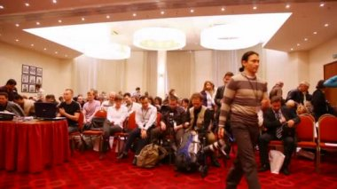 MOSCOW - OCTOBER 2: Public leaves hall in conference STOCK in RUSSIA 09 October 2, 2009 in Holiday Inn Lesnaya, Moscow, Russia. STOCK in RUSSIA 09 - the first international stock foto conference in Ru — Stock Video