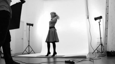 Photographer and model in studio. In black and white colour. Time laps — Stock Video