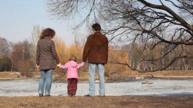 Jeune fille avec des parents ressemble à l'étang — Vidéo