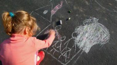 Little girl chalking on asphalt — Stock Video