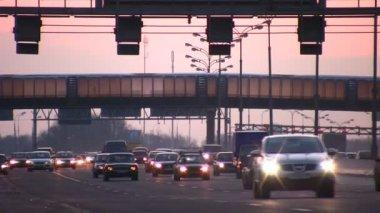 Para mudar os carros com farol luminoso sob a ponte — Vídeo Stock