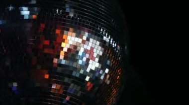 Spiegel-ball dreht sich auf der decke im nachtclub — Stockvideo