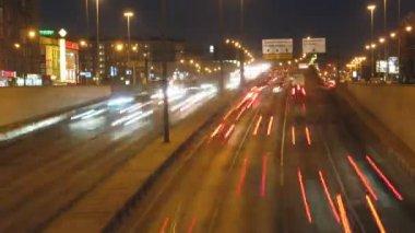 Carros em movimento na estrada na noite, time lapse — Vídeo Stock