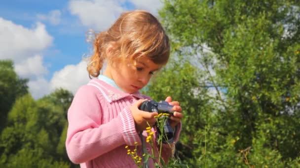 Niña con cámara de fotos al aire libre — Vídeo de stock