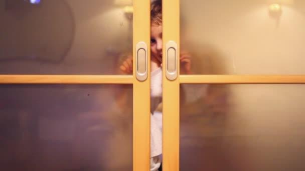 Dos niños sonríen y abran las puertas — Vídeo de stock