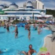 Has fun in water park, panning, blurred video — Stock Video