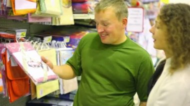 Usmívající se muž se ženou nákup povlečení v supermarketu — Stock video
