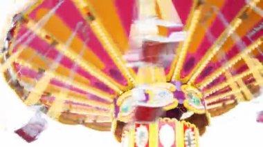 Skinet karusell snabbt vänder i park nära upp i sommar — Stockvideo