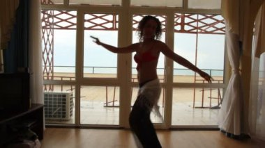 Sexy young caucasian woman dancing belly dance indoor — Stock Video