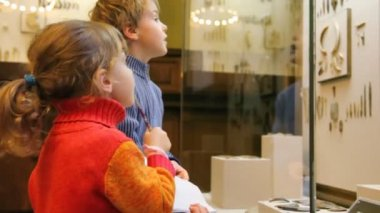 Boy and little girl looking on exhibit in museum — Stock Video