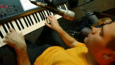 Teclista tocando el sintetizador en estudio de grabación — Vídeo de Stock