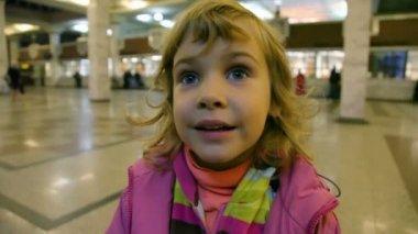 Portret mało słodkie dziewczynka kaukaski stojący w kasach — Wideo stockowe