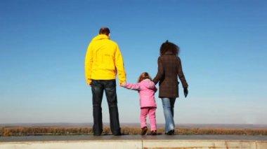 Mans ffamily z mámy, tátové a dcera jde nahoru z nástupiště před průzkumu druh dřeva a skyace v sršeň zblízka v parku na podzim — Stock video