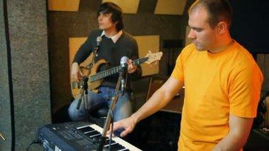 Gitarist el aleti iç klavye erkek melodik melodi müzik nota kişinin piyanist piyano oynamak oyuncu portre ritim şarkı ses stüdyo synthesizer — Stok video