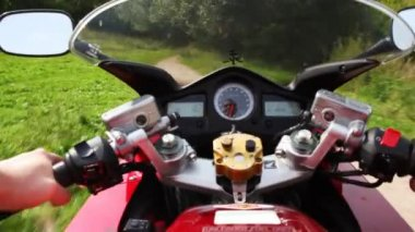 Motorcycle moving on park. Shooting from wheel. — Vídeo de Stock