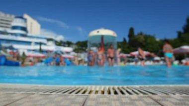 летом расфокусированные фона, имеет удовольствие в аквапарк — Стоковое видео