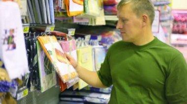 Człowiek kupując pościel w supermarkecie — Wideo stockowe