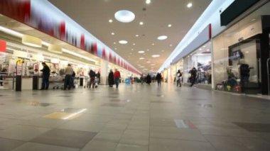 Compradores en la tienda de gran centro comercial — Vídeo de Stock