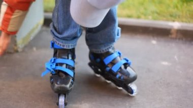 Boy puts on roller skates — Stock Video