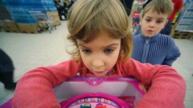 Niña y niño jugando el juego de lógica en el centro comercial — Vídeo de Stock