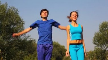 Erkek ve kadın taşır egzersizleri park ellerinde tarafından birlikte — Stok video