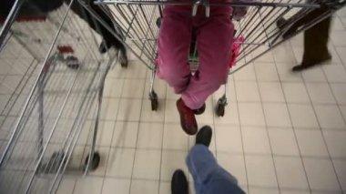 Los compradores con carro en centro comercial, ve en piso — Vídeo de Stock