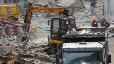 Dredge loads building dust on building site — Stock Video