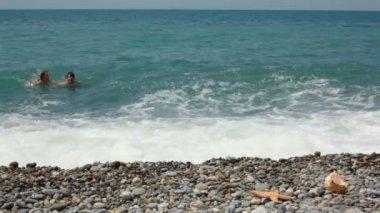 Hombre nada en mar, y luego sacaron del agua y llega a la cámara — Vídeo de Stock
