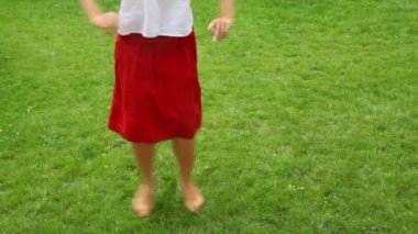 Woman dances barefoot on the grass — Stock Video