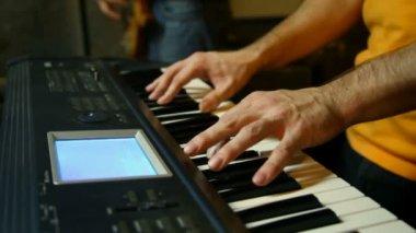 Tanımlanamayan klavye oyuncu oynarken studio, dikey kaydırma — Stok video