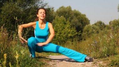 žena provádí cvičení na cesty v parku — Stock video