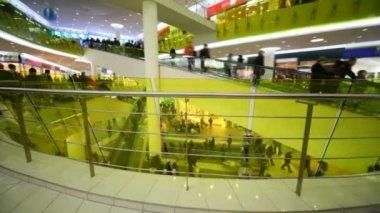 Multitud de compradores corriendo por las escaleras mecánicas en el centro comercial — Vídeo de Stock