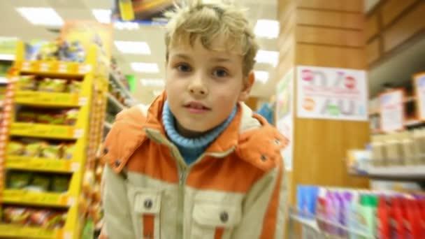 Chico en supermercado, vídeo de movimiento borroso — Vídeo de stock