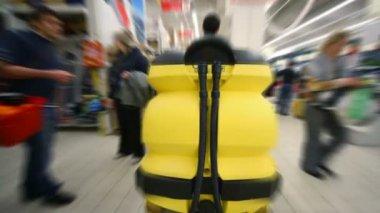 相机后驾驶清洗机在大型超市 — 图库视频影像
