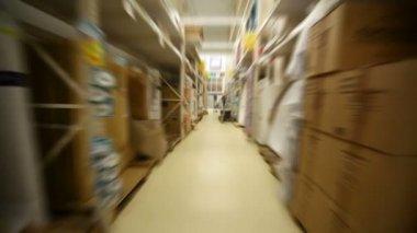 Alışveriş merkezi sıhhi tesisat bölümünde hareketli kamera — Stok video