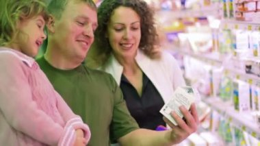 Smiling family buying yogurt in supermarket — Stock Video