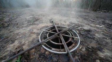 フォレスト内の下水道マンホールを蒸し — ストックビデオ