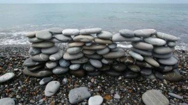 Pared de piedras en la playa, surf mar de fondo — Vídeo de Stock