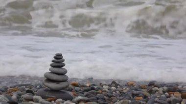 Pila de piedra en pebble beach, agitando el mar de fondo — Vídeo de Stock