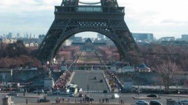 Tour Eiffel keeps away. — 图库视频影像