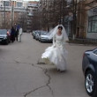 Bride in white dress comes on street of city — Stock Video