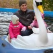 Man with two girls sits in rotating duck in autumn park — Stock Video