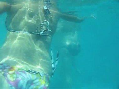 Unterwasser-Umfrage, Frauen tun Aqua aerobic — Stockvideo