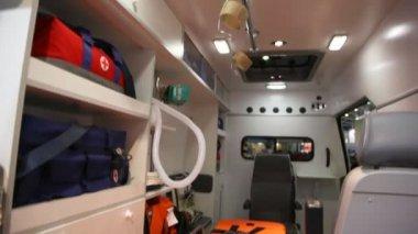 Voiture rapide à l'intérieur du plafond avec des lampes et des armes à l'étage avec canapé — Vidéo