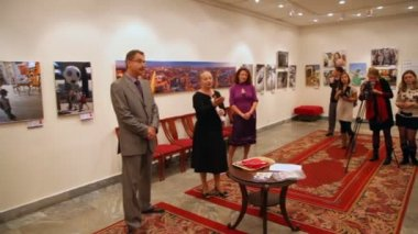 Photographers exhibition of East Administrative District of Moscow in showroom — Stock Video