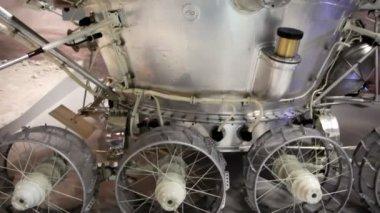 Russische mond-sonde im memorial museum für kosmonautik — Stockvideo