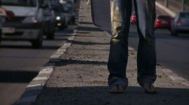 ноги девушка танцует на середине шоссе — Стоковое видео
