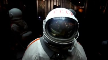 Spacesuit in display in The Memorial Museum of Cosmonautics — Stock Video