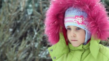 Little girl in winter under snow — Stock Video