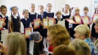 Children stand in row and sing song together at dedication meeting in first-graders of school number 1349 in Moscow — Stock Video